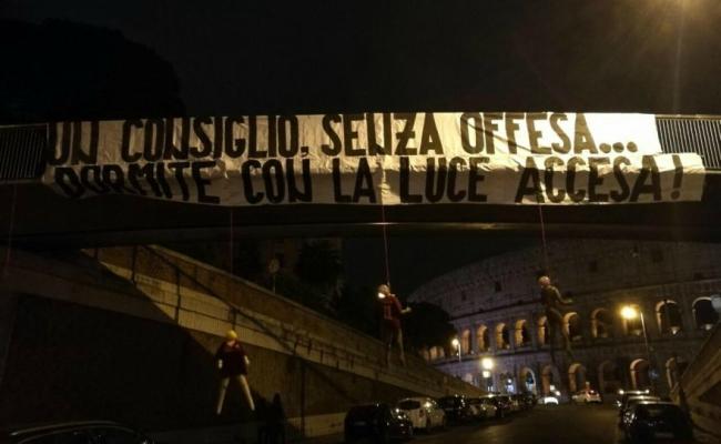 Striscione Manichini Giocatori Roma Colosseo