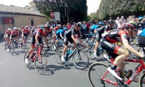 Il gruppo nella prima parte della quinta tappa. Tra i corridori si riconosce Mikel Landa (Team Sky)