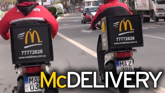 Belen Rodriguez consegna i panini McDonald's a domicilio