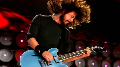 Photo of Foo Fighters: Dave Grohl  regala le sue Sneakers ad una fan