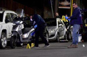 Auto non si ferma ad alt,cc spara: ferite 2 passanti a Roma