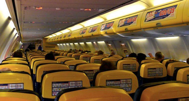 Perdita di pressione, paura sul volo Ryanair: malore per 30 passeggeri