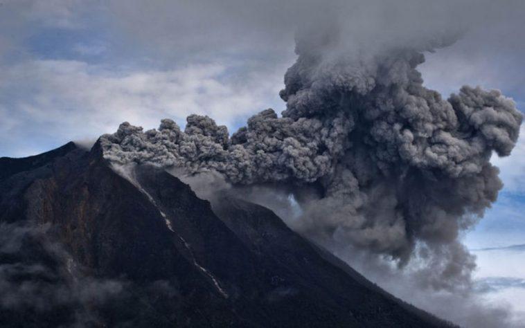 Indonesia: eruzione del vulcano Soputan sull'isola di Sulawesi