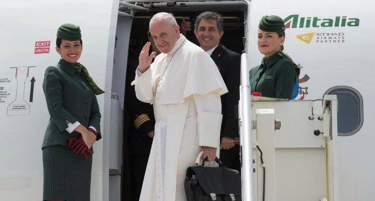 Papa-Francesco-sull-aereo-per-Fatima-un-viaggio-di-preghiera_articleimage