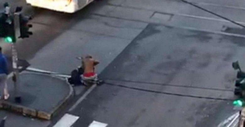 Uomo accoltellato strada Milano