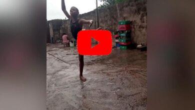 Photo of Bambino balla a piedi nudi sotto la pioggia in Nigeria (Video)