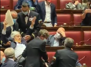 Photo of Vittorio Sgarbi espulso dalla Camera per insulti alla Carfagna (VIDEO)